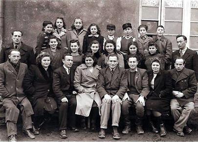 בית הספר הרצוג בו למדתי, יושבים מצד ימין יעקב דיבון (דבינסקי) היה מורה לתנ