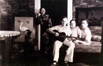 דוד ברטוב עם אחיו חיים, טניה ומולה