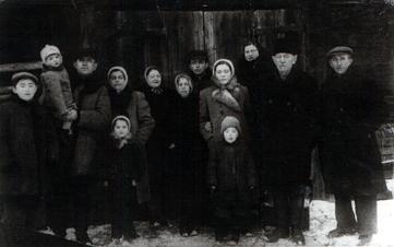 תמונה שלי עם משפחת אמי - למטה מימין