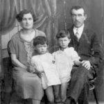 יהודית ומשה פיסצקי וילדיהם אידא מצד ימין ולאה נמסר על ידי אברהם דותן.